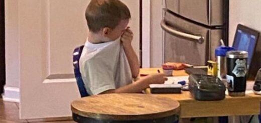 Imagen viral: una mujer publicó la foto de su hijo de 5 años frustrado en una clase virtual