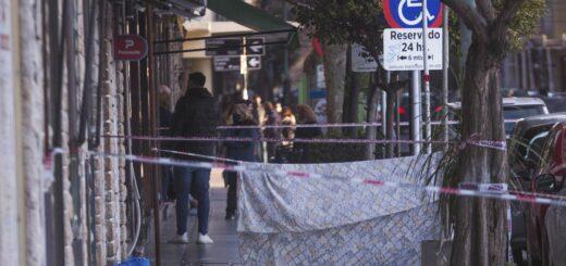 Una mujer caminaba con su hija y le cayó un trozo de balcón en la cabeza: falleció en el acto