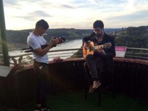 """Guitarrista misionero interpreta el chamamé """"La Caú"""" en un videoclip filmado frente al Hito Tres Fronteras"""