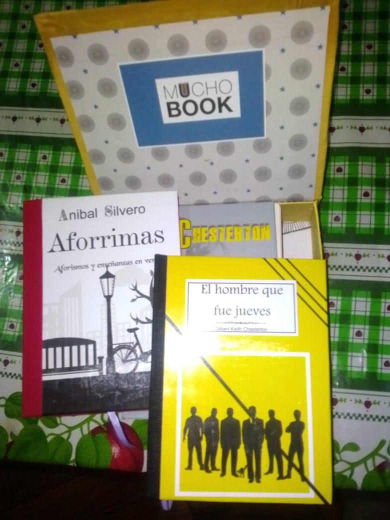 Donan caja de libros de una membresía literaria a biblioteca barrial para sortear entre sus lectores