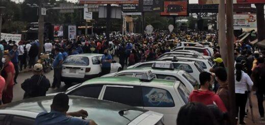 Taxistas, comerciantes y empleados protestan en la cabecera paraguaya del Puente de la Amistad y piden la apertura total de la frontera