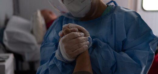 """El año de la """"peste"""" en la Argentina: las fotos logradas por un reportero gráfico para dar visibilidad al extenuante trabajo del personal de salud de Buenos Aires que conmocionó al país"""