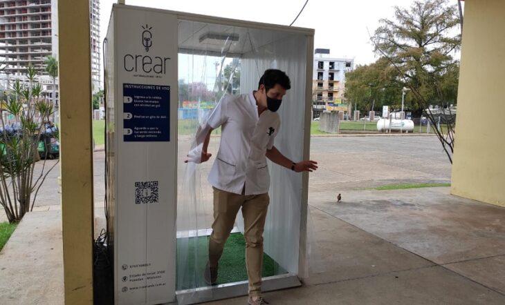 """Emprendedores misioneros donaron al Hospital Madariaga una cabina de ozono que desinfecta en seco """"Estamos orgullosos de lo que logramos"""", señaló Enrique Pedrozo"""