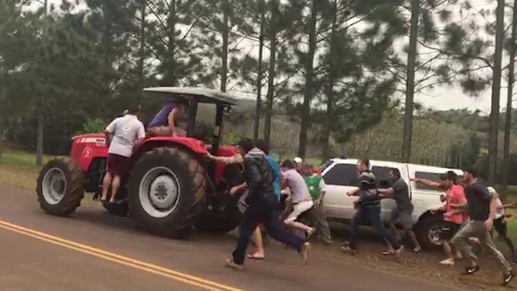En la frontera de Misiones con Brasil, un grupo de colonos se rebeló ante la Prefectura y frustró la incautación de un tractor