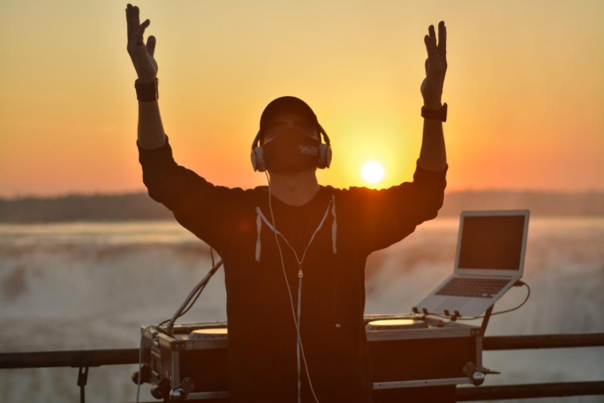 Guillermo Atencio es el primer DJ argentino en tocar en la Garganta del Diablo, en las Cataratas del Iguazú, y lo difundirá este fin de semana en 150 medios de más de 20 países