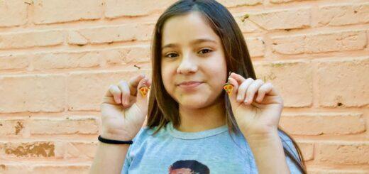 Una niña posadeña vende aritos personalizados para ayudar en la economía familiar