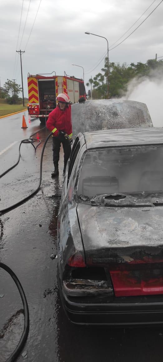 Posadas: bomberos sofocaron el incendio de un auto sobre Avenida Quaranta
