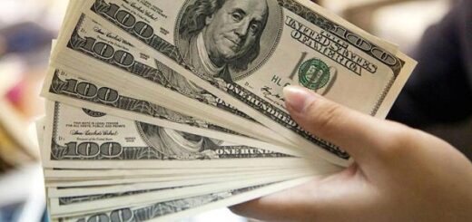 """Los bancos vuelven a vender el dólar """"solidario"""" desde este lunes: cuáles son las restricciones para la compra"""