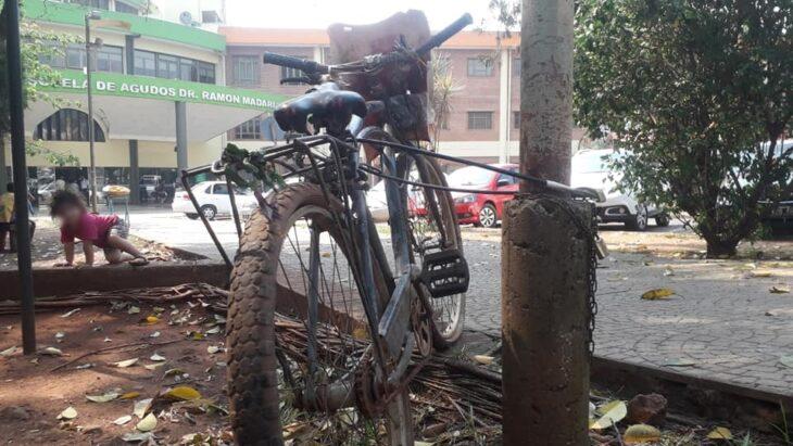 """La historia de la """"bicicleta misteriosa"""" encadenada en el hospital Madariaga y cuyo dueño nunca volvió"""