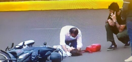 El gobernador de Misiones asistió a una motociclista que se accidentó en Posadas