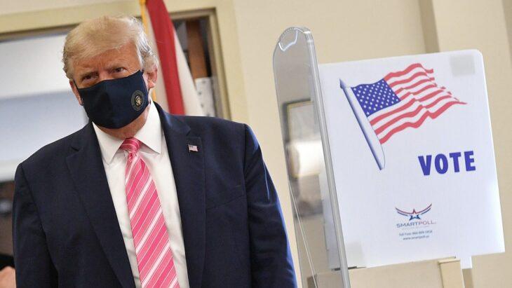 Trump vota en Florida animado por seguidores pidiendo