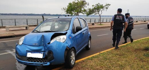 Una mujer perdió el control de su vehículo y colisionó contra una jirafa de luz en la Costanera de Posadas