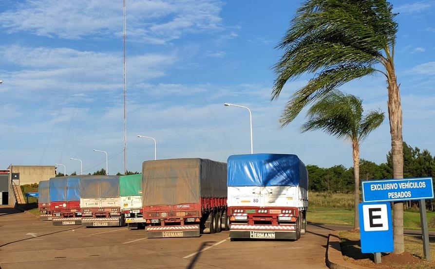 Ocho camiones con una carga sospechosa de soja continúan retenidos en el ingreso a Misiones
