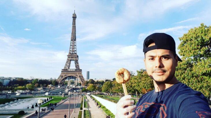 El chipero de París: joven posadeño sobrevive a la pandemia en la Ciudad del Amor, vendiendo la tradicional gastronomía misionera
