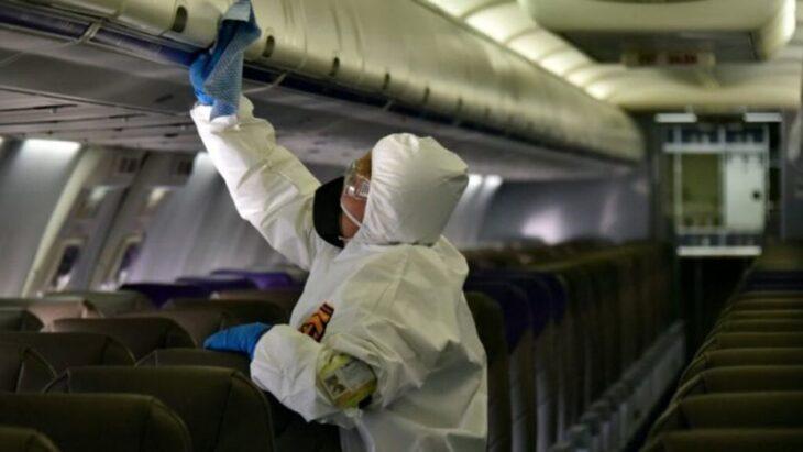 Una mujer murió por coronavirus en pleno vuelo
