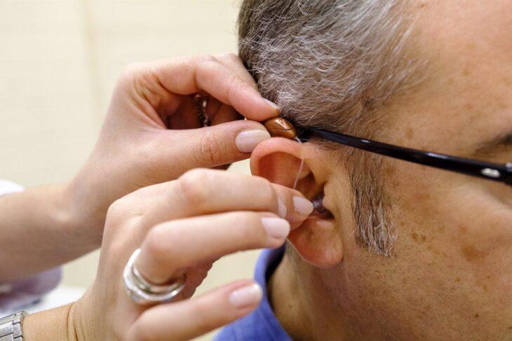Hombre queda sordo de un oído tras contraer covid-19