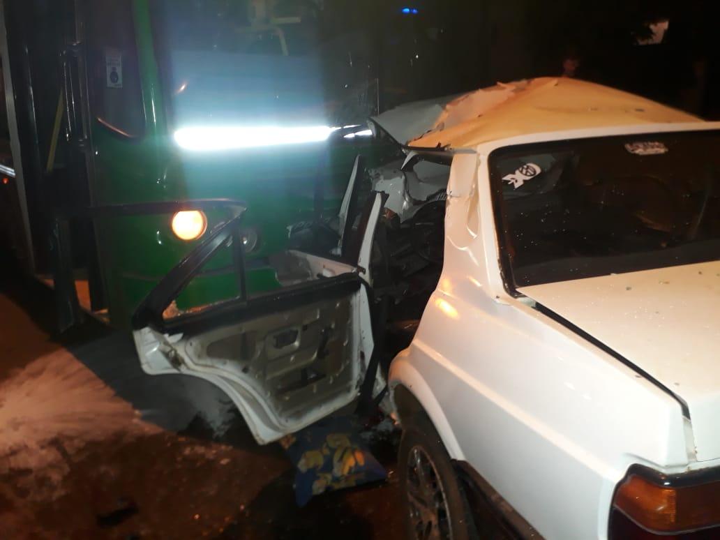 Violento choque entre un colectivo de Tipoka y un auto en Posadas: bomberos rescataron a un hombre que quedó atrapado