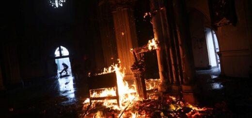 Chile: en medio de protestas, ardieron dos iglesias en la ciudad de Santiago