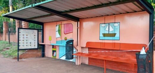 Puerto Iguazú: continúan poniendo arte y color a las paradas de colectivos