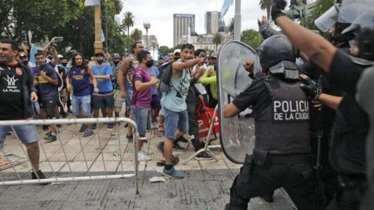 Cerraron la fila y empezaron los incidentes: los hinchas se enfrentan con la Policía