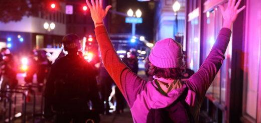 """Activan la Guardia Nacional en Portland en medio de """"violencia generalizada"""" durante las protestas por el recuento de votos"""