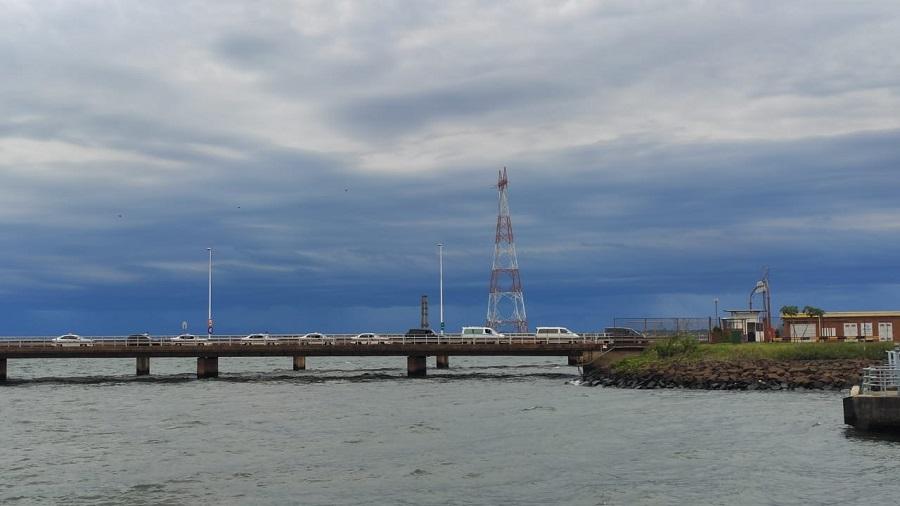 Una cola de autos sobre el puente internacional que une Posadas con Encarnación espera para trasladar a paraguayos que vuelven a su país