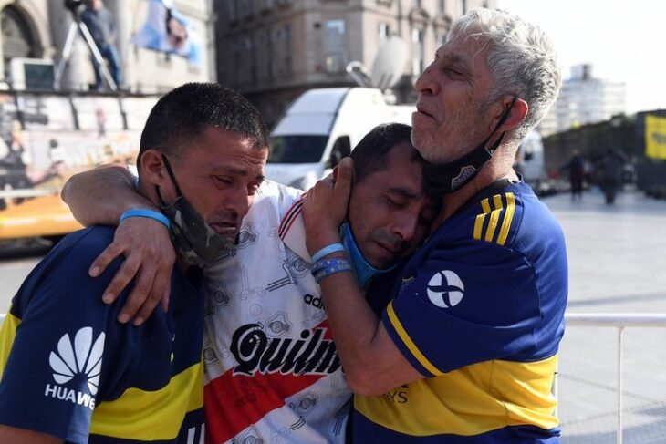 La foto que conmovió al mundo: hinchas de Boca y de River abrazados durante la despedida a Diego Armando Maradona