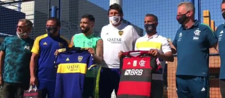 A un año de la final entre Flamengo y River, dirigentes xeneizes le regalaron una camiseta de Boca a Gabigol