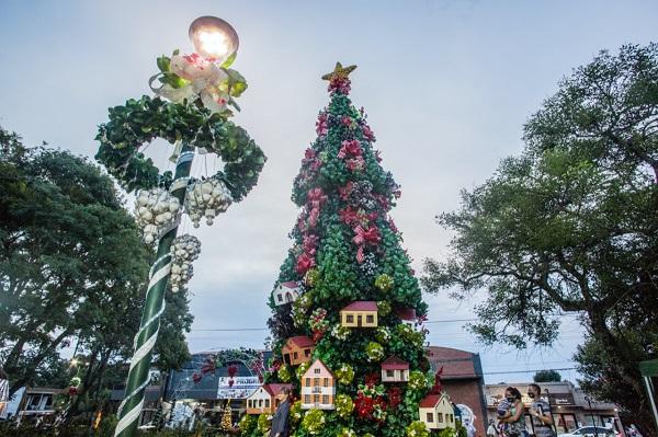 オスカーエレーラアワド知事がカピオヴィでクリスマスパーティーを開始しました