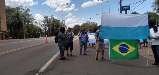 Sin la masividad con la que se anunciaban, cerca de 200 personas reclamaron la apertura del puente Tancredo Neves que une a Puerto Iguazú con Foz