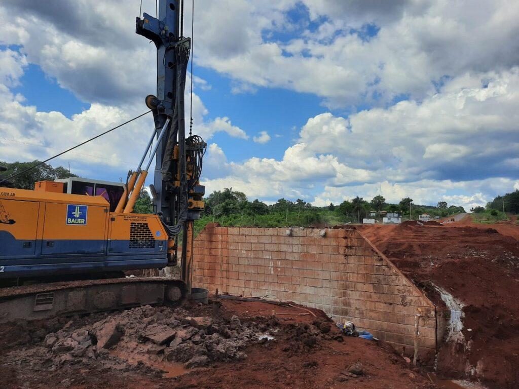 州道19号線には、ティリカ川に架かる新しい橋があります。