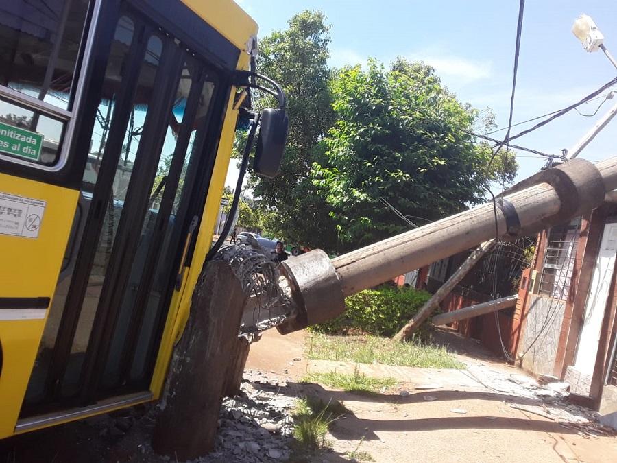 Posadas: un colectivo chocó contra un poste de luz y causó daños materiales en una vivienda