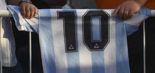Las camisetas firmadas por Maradona cotizan a más de seis millones de pesos en internet