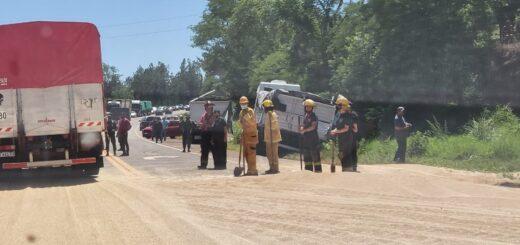 Camión con soja volcó y obstruyó el tránsito sobre la ruta 14 entre Campo Viera y Campo Grande