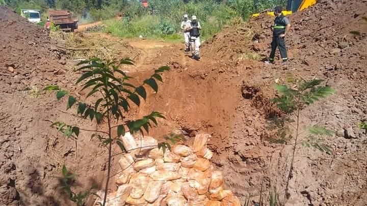 Puerto Iguazú: Prefectura decomisó 1.200 cajas de pollo por presunto contrabando, las enterró después de tres días sin refrigeración y vecinos las desenterraron