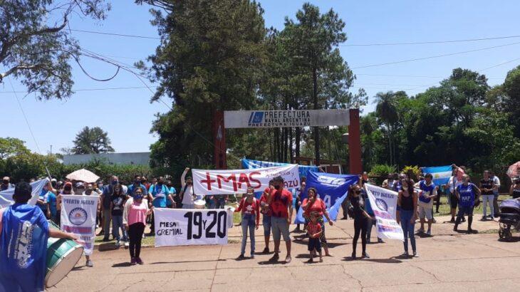 """Protestan en Iguazú luego de que Prefectura enterró carne de pollo de contrabando: """"Se dan el lujo de tirar alimentos"""""""