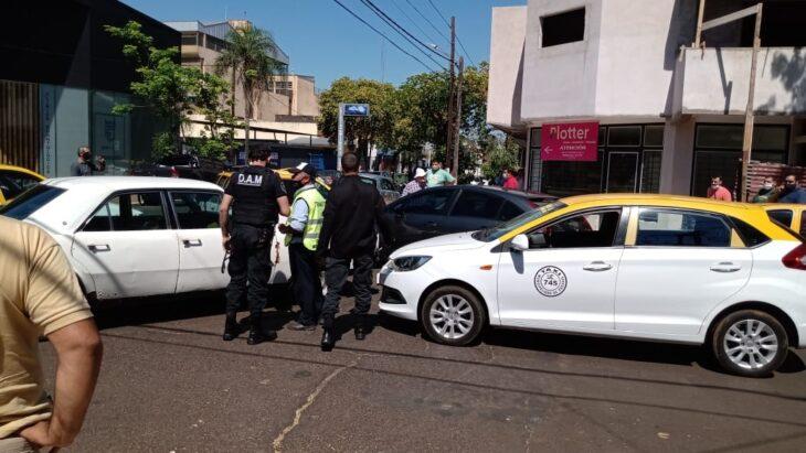 Taxistas de Posadas le tendieron una emboscada a un chofer de Uber