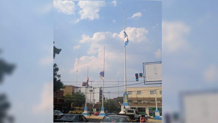 En Posadas las banderas de la plazoleta de la avenida Mitre están a media asta por la muerte de Maradona