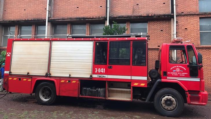 La lluvia no interrumpió el trabajo de los bomberos, que en Oberá lucharon contra tres incendios