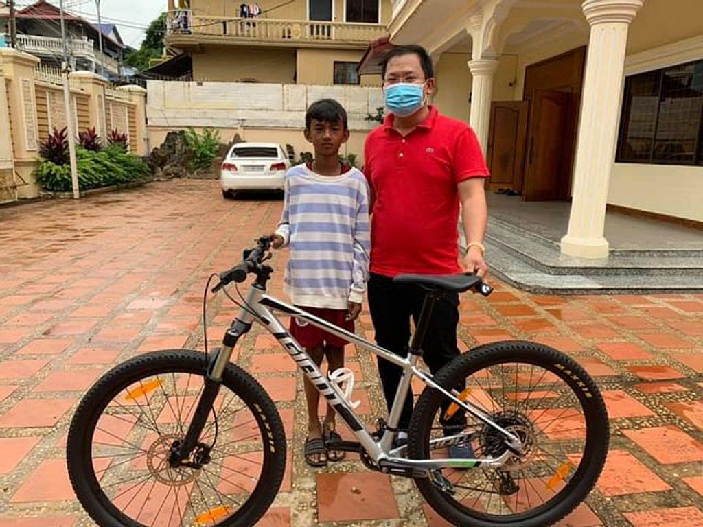 chico ciclista descalzo