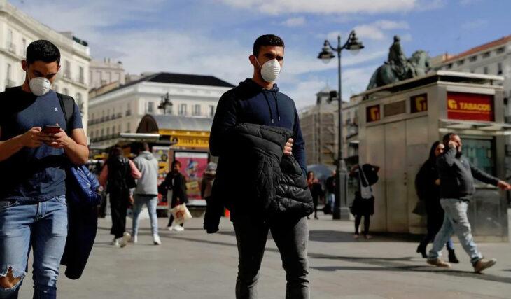 España presenta un plan de vacunación y hace obligatorio el uso de barbijo