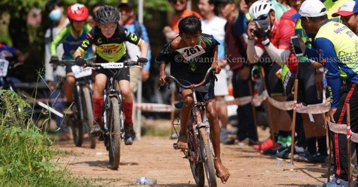 Viral: la foto de un chico ciclista descalzo y sin equipo liderando una carrera en Camboya ya recorre el mundo