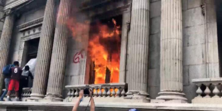 Guatemala: manifestantes tomaron el Congreso y lo prendieron fuego