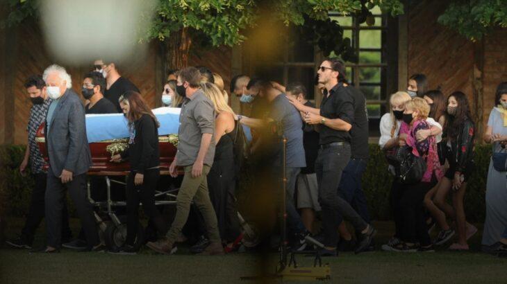 En una ceremonia íntima, sepultaron a Diego Armando Maradona