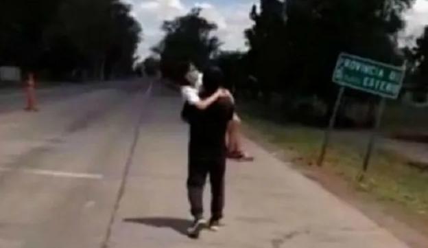 Santiago del Estero: le negaron la entrada a la provincia y caminó 5 kilómetros con su hija enferma en brazos