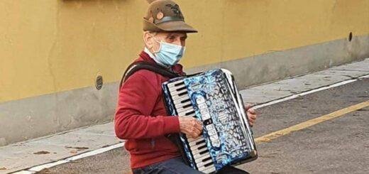 Se puso a tocar el acordeón frente al hospital