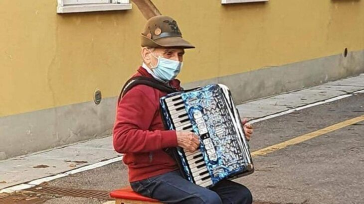 Se puso a tocar el acordeón frente al hospital para acompañar a su esposa
