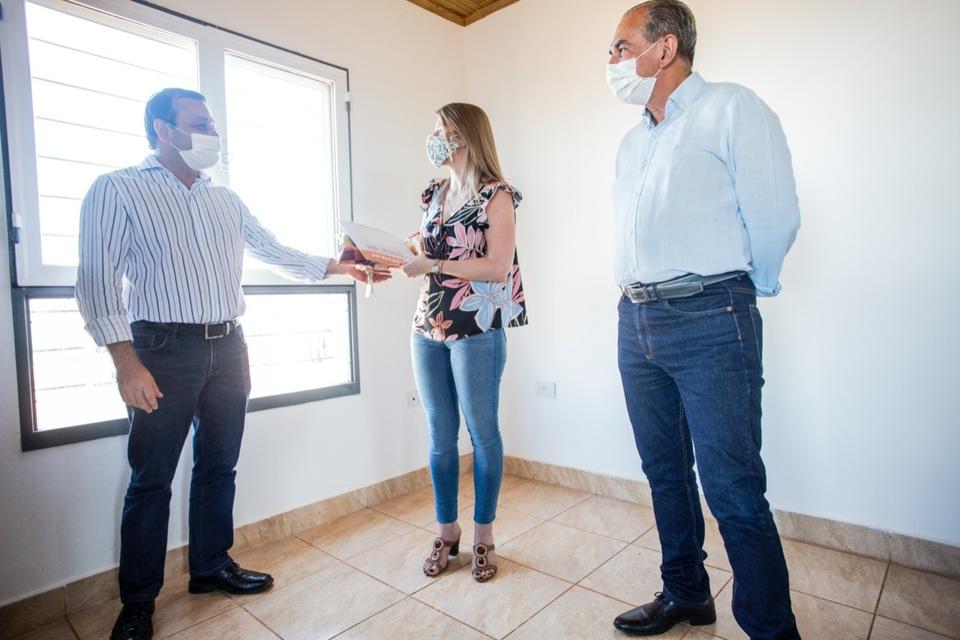 Oscar HerreraAhuadはPosadasに200以上の家を届けました