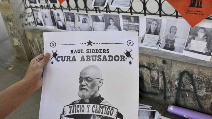 Empapelaron una fiscalía de La Plata en rechazo a la prisión domiciliaria de Raúl Sidders, cura acusado de abuso que prestaba servicio en la Diócesis de Iguazú