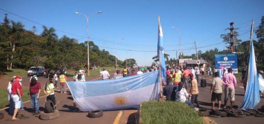 Trabajadores del sector turístico de Puerto Iguazú cortan la ruta nacional 12